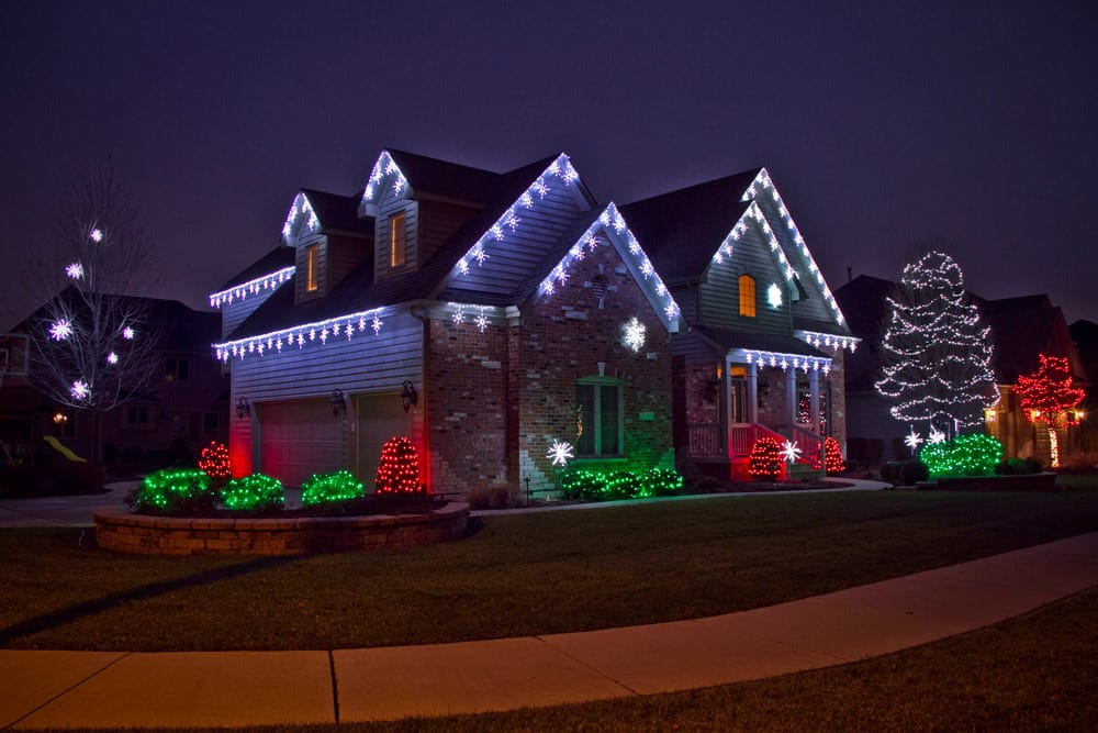 9 reasons to hire a professional holiday lighting company for Outdoor lighting companies